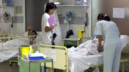 Dos doctoras atienden en la sala de observación del Hospital Virgen del Rocío de Sevilla