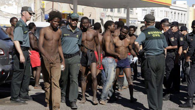 Inmigrantes ilegales en Melilla tras saltar la valla con Marruecos.