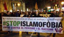 Musulmanes catalanes se manifiestan contra la islamofobia.