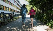 Una mujer alemana camina con su hija luego de recogerla de la escuela el 23 de junio de 2016 en Berlín