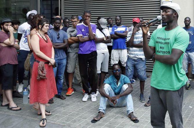 El colectivo Tras la Manta y el Sindicato Mantero organizaron frente a la cárcel Modelo de Barcelona una concentración de protesta por las actuaciones policiales que acabaron con siete detenidos, cuatro de ellos en la Modelo en prisión provisional.