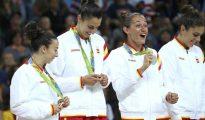 Las jugadoras del equipo femenino de baloncesto exibiendo la medalla de plata.