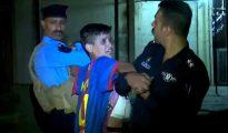 El momento en que los agentes arrestan al niño