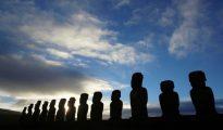 Vista de Moais - estatuas de piedra de la cultura Rapa Nui - en el sitio de Ahu Tongariki en la isla de Pascua, a 3700 kilómetros de la costa chilena en el Océano Pacífico.