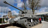 Un tanque estadounidense frente al museo de Airborne en Sainte- Mere- Eglise en la costa de Normandía.
