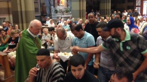 Sincretismo bergogliano: Musulmanes comiendo en una iglesia de Italia.