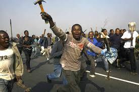 Negros surafricanos atacan a granjeros de raza blanca.