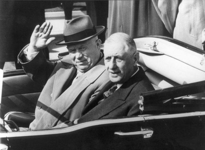 El exlíder de la URSS Nikita Jrushchov (izda.) saluda junto al expresidente de Francia Charles de Gaulle en una visita del soviético a Francia el 23 de marzo de 1960 en Orly