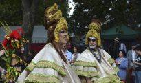 La música afrocaribeña toma las calles del barrio de Notting Hill para dar ritmo al gran desfile del carnaval londinense y hace bailar a la multitud de asistentes.