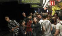 Pasajeros esperan la llegada del metro en una jornada de huelga en Barcelona.