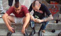 Dos jóvenes 'perroflautas' españoles.