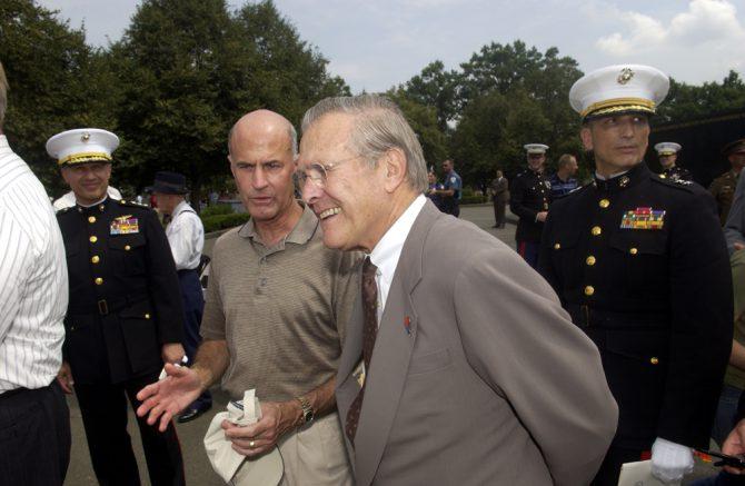 Phil Strub junto al exsecretario norteamericano de Defensa, Donald Rumsfeld.