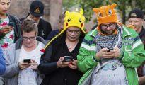 Un grupo de personas jugando a Pokémon Go con sus móviles, en Leerdam, Holanda