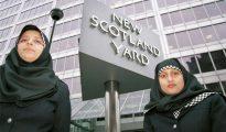 Dos policías con su hiyab frente a la sede de New Scotland Yard, en Londres