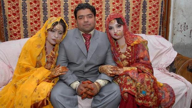 El paquistaní Azhar Haidri posa con sus dos novias durante su boda en Multan (Pakistán). Haidri logró contraer matrimonio con ambas en menos de 24 horas