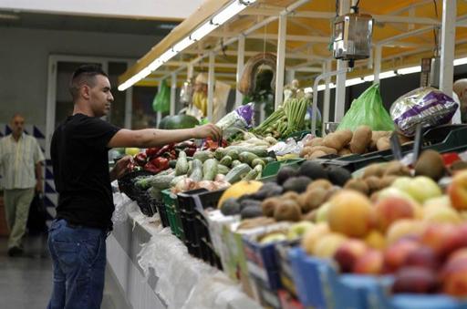 Puesto de frutas y verduras en un mercado.