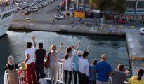 Refugiados que lograron que sus peticiones de asilo fueran procesadas tras el acuerdo UE-Turquía, saliendo de la isla griega de Lesbos el 21 de julio de 2016