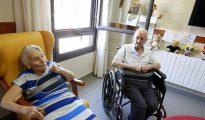 Dos personas mayores, en una residencia madrileña para la tercera edad