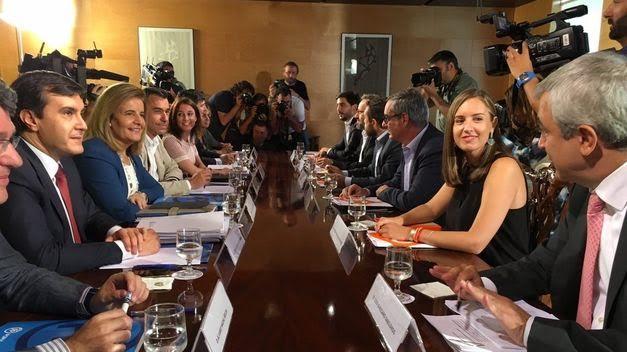 Representantes del PP y de Ciudadanos negocian el apoyo del partido de Rivera a la investidura de Rajoy.
