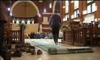 Musulmanes rezando en el interior de una Iglesia.