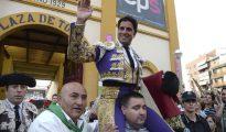 El diestro Paquirri sale a hombros al término de la tercera corrida de la Feria Taurina de San Lorenzo, en la que compartió cartel con Cayetano Rivera Ordoñez y José Garrido, con toros de la ganadería de Murube, en la plaza de toros de Huesca.