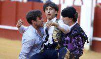 El matador Roca Rey es llevado a la enfermería por segunda vez esta tras la cogida sufrida en la plaza de La Malagueta durante la cuarta corrida de la Feria de Agosto de Málaga