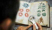Un empleado de la editorial Siloé trabaja en un facsímil del Manuscrito Voynich, el pasado 9 de agosto en Burgos