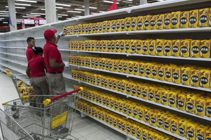 """El presidente de Venezuela, Nicolás Maduro, aseguró que tomó esta decisión tras una investigación que ordenó en los principales mercados municipales del país donde, según dijo, encontraron """"mafias, trata de personas, prostitución, tráfico de drogas y lo peor de todo la negación del acceso libre y justo a los productos que nuestro pueblo necesita""""."""