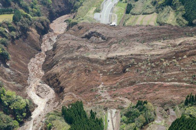 Vista aérea de un deslave de tierra luego de un temblor registrado en Minami-Aso, Kumamoto, Japón, el 16 de abril de 2016