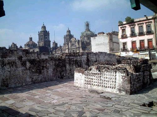 Significativa imágen, metáfora de la liberación de Méjico, la Catedral sustituyendo el Gran Teocalli, Templo Mayor azteca, lugar de asesinatos rituales