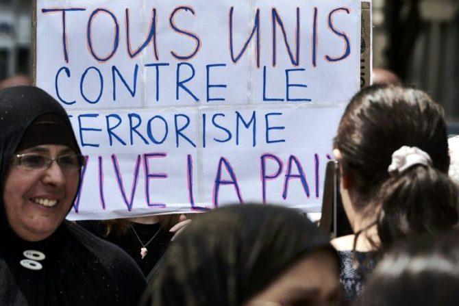 """Personas marchan con una pancarta con la consigna """"Todos unidos contra el terrorismo, viva la paz"""", el 30 de julio de 2016, en Lyon (Francia)"""