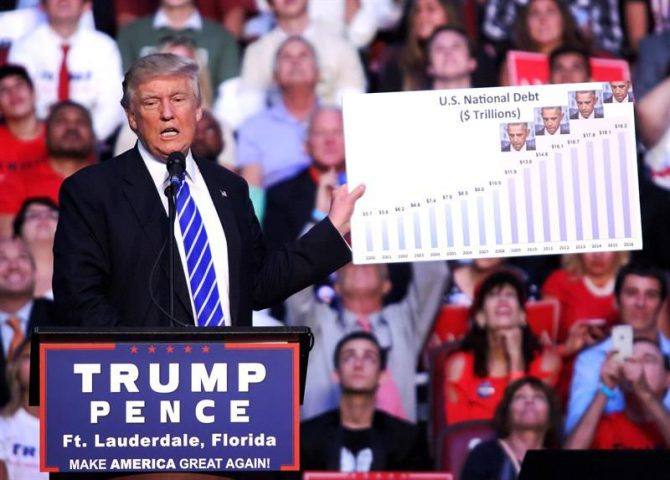 El candidato republicano a la Presidencia de EE.UU., Donald Trump, habla sobre el aumento de la deuda nacional de EEUU durante un evento de campaña en Sunrise, al oeste de Fort Lauderdale (Florida, EEUU).