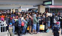 Miles de migrantes recién llegados, la gran mayoría de ellos hombres, atestan los andenes de la Estación de Occidente de Viena el 15 de agosto de 2015; ésta fue una escena típica en el verano y el otoño de ese año.