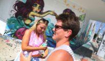 Dos turistas australianas caminan por el barrio Wynwood de Miami (EEUU) el 31 de julio de 2016. Este barrio ha sido fumigado para evitar en lo posible la transmisión del virus del zika