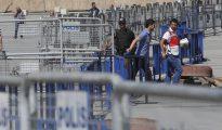 Miembros de la policía turca aseguran los alrededores del juzgado de Estambul con vallas en Turquía.