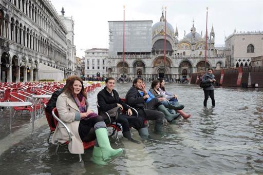 Turistas disfrutan de las vistas en la plaza de San Marcos de Venecia, Italia.