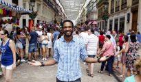 El actor dominicano Will Shephard posa para Efe en la calle Marques de Larios, tras denunciar discriminación racial en una caseta del Real de la Feria de Málaga.