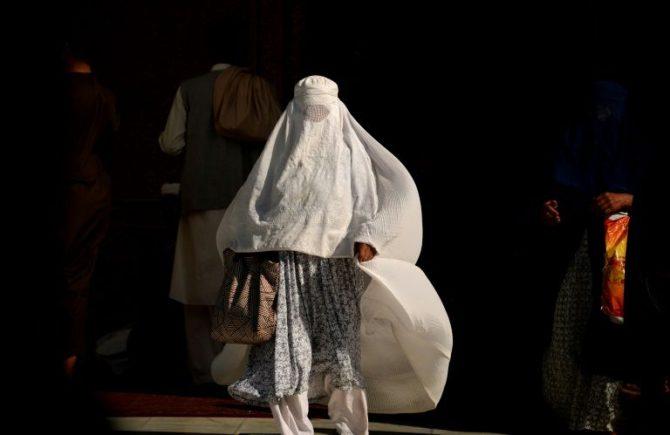 Una mujer afgana con burka camina en la ciudad de Mazar-i-Sharif en Afganistán el 12 de septiembre de 2016