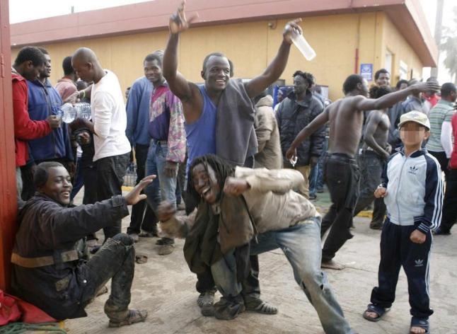 Un grupo de africanos celebran su entrada ilegal en Melilla.