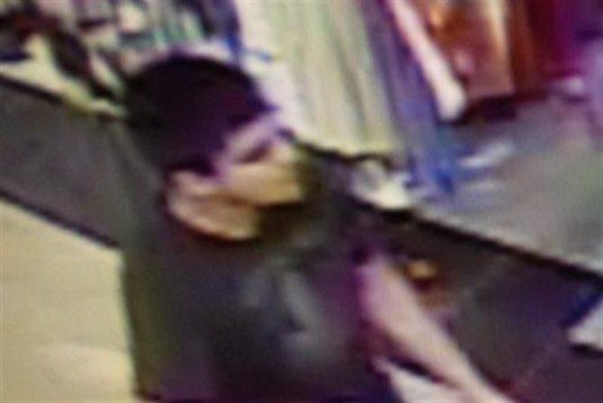 Una imagen cedida por la Patrulla Estatal de Washington que muestra a un hombre armado en el centro comercial Cascade en Burlington, Washington.