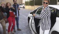 La exalcaldesa de La Muela (Zaragoza) María Victoria Pinilla, a su llegada a la Audiencia Provincial de Zaragoza, donde hoy se ha hecho pública la sentencia del macrojuicio de La Muela, en la que se le ha condenado a 17 años de cárcel y a multas de 9,9 millones de euros por distintos delitos en el mayor caso de corrupción urbanística enjuiciado en Aragón.