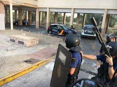 Al rescate de los policías llegaron unidades de la propia Policía Nacional -entre ellos de la Unidad de Intervención Policial UIP-, la Policía Local y la Guardia Civil (Foto Melilla Hoy)