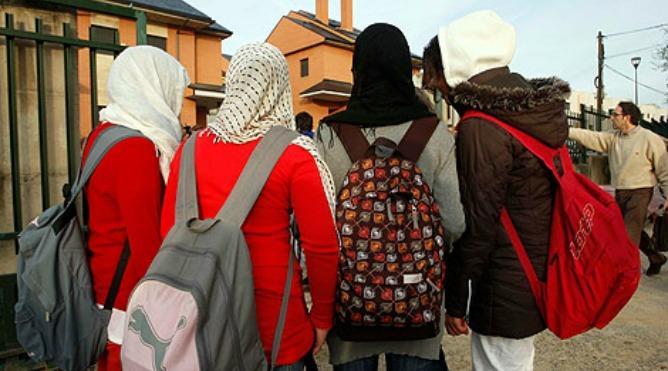 Una alumnas con el velo islámico.