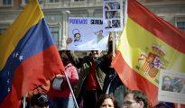 Cientos de venezolanos residentes en España se manifiestan contra Podemos y su apoyo a la dictadura comunista de Venezuela.