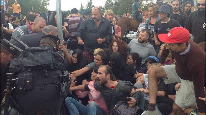 Antitaurinos con estética 'perrofláutica' protestan contra la tradición del toro de la Vega.