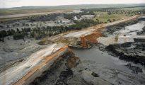 Fotografía de archivo (26/04/1998) de una vista aérea de la rotura del muro de contención de Aznalcóllar.