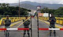 Cientos de mujeres superaron la barrera impuesta por la guardia en un puente fronterizo y cruzaron a Colombia para abastecerse de bienes básicos.
