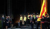 El presidente de la Generalitat, Carles Puigemont (i), y la presidenta del Parlament, Carme Forcadell (2-i), durante la ceremonia de izado de la senyera al incio de la celebración del acto institucional de la Diada de Cataluña.
