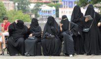 Turistas vestidas con velo islámico integral descansan el 16 de agosto de 2016 en un banco en el centro de Tiflis, Georgia
