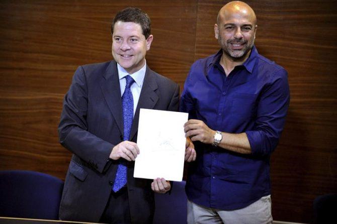 Los secretarios regionales del PSOE y Podemos, Emiliano García-Page (izda) y José García Molina, tras sellar ante notario el acuerdo de trece puntos para posibilitar la investidura de Emiliano García-Page.
